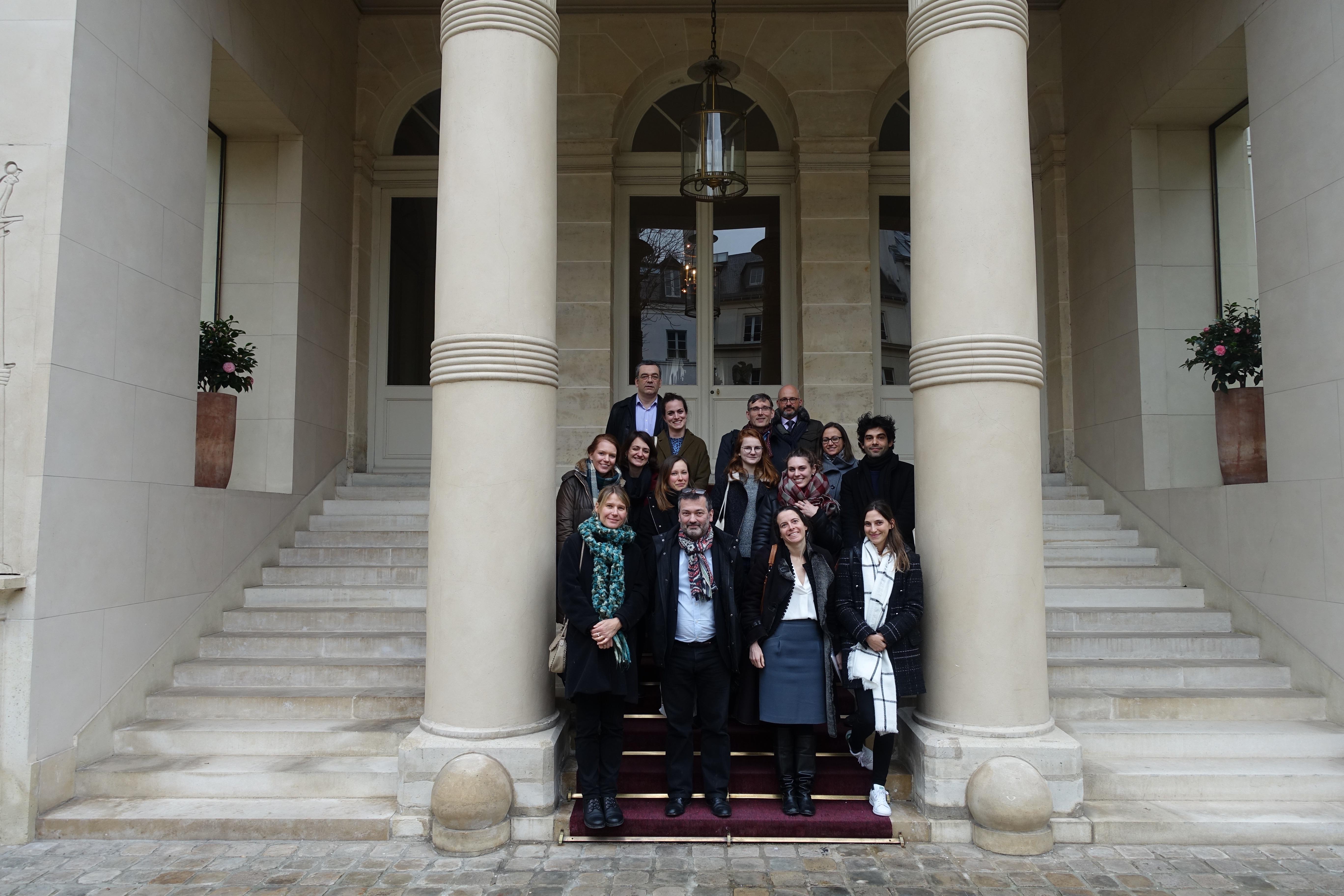 Gruppenfoto vor dem Hôtel Beauharnais, Paris
